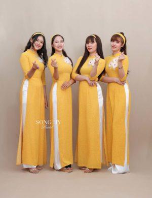 áo dài bưng quả màu vàng chấm bo cô ba